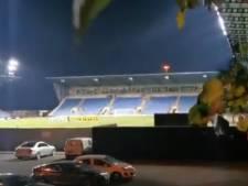 Deux supporters de Watford s'installent dans un arbre pour voir le match contre Oxford United