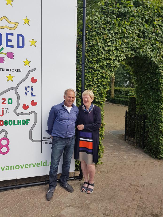 Piet en Corrie Mathijssen bij de ingang van hun maïsdoolhof in Prinsenbeek.