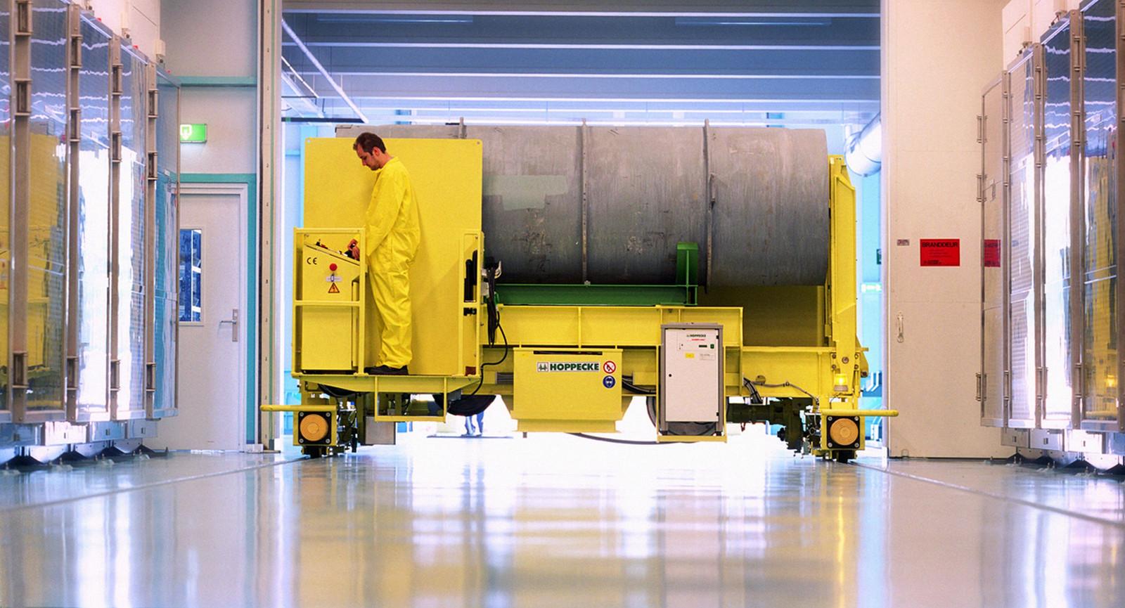 Een Urenco-medewerker bij een vat met uranium.