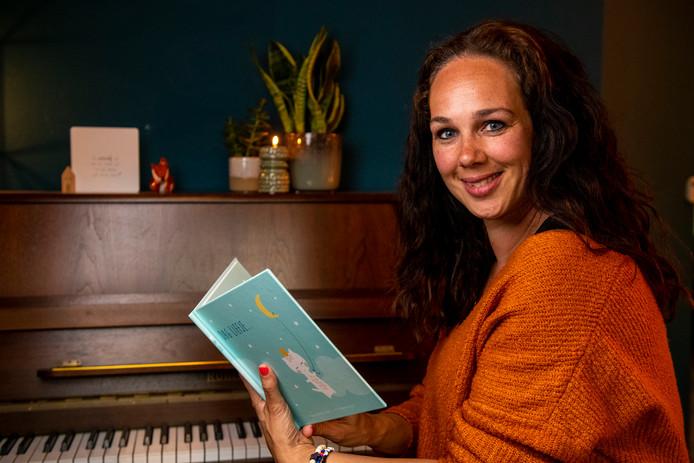 Anja Dalhuisen met haar boekje over het verlies van haar overleden kindje Boris.