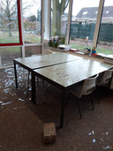 De glassplinters liggen door de hele school verspreid.