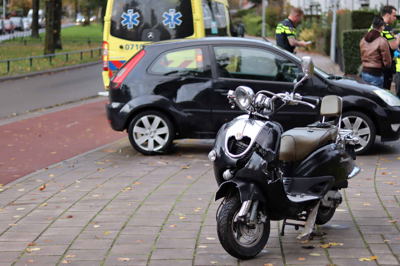 Zowel de auto als de scooter liepen flinke schade op.