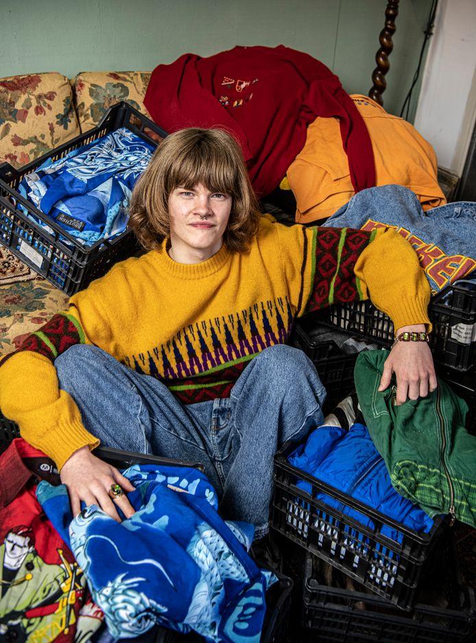 Stijn Buschgens van Wildebras Vintage tussen zijn voorraad Scandinavische truien.