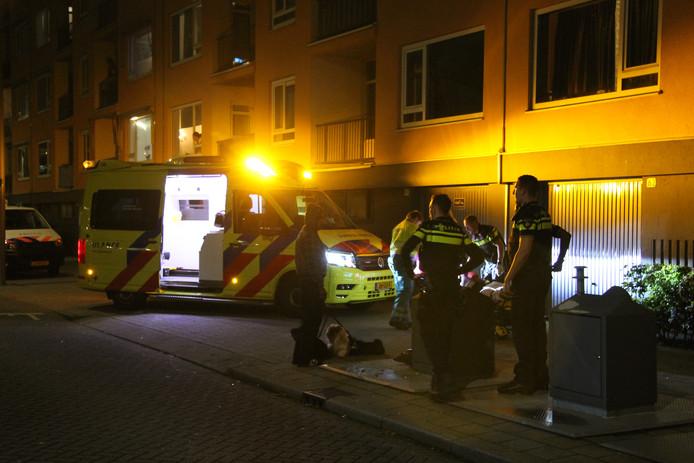 Het slachtoffer is met een ambulance naar het ziekenhuis vervoerd.