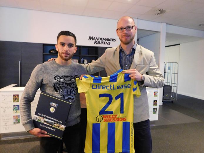 RKC Waalwijk-directeur Remco Oversier met Mohamed Mezghrani bij het ondertekenen van diens contract.