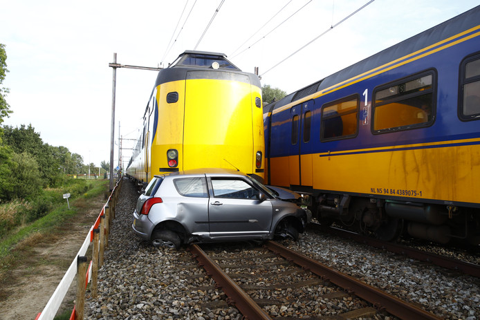 De auto werd na de klap tientallen meters meegesleurd.