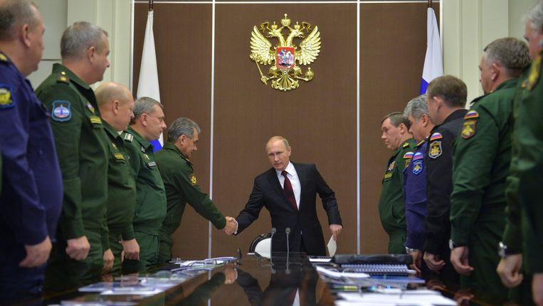 De Russische president Vladimir Poetin schudt de hand van de minister van Defensie Sergei Shoigu in Sotsji. Beeld ap