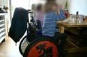 Wanneer medewerkers van de sociale dienst langskwamen, moesten de kinderen verplicht in de rolstoel zitten