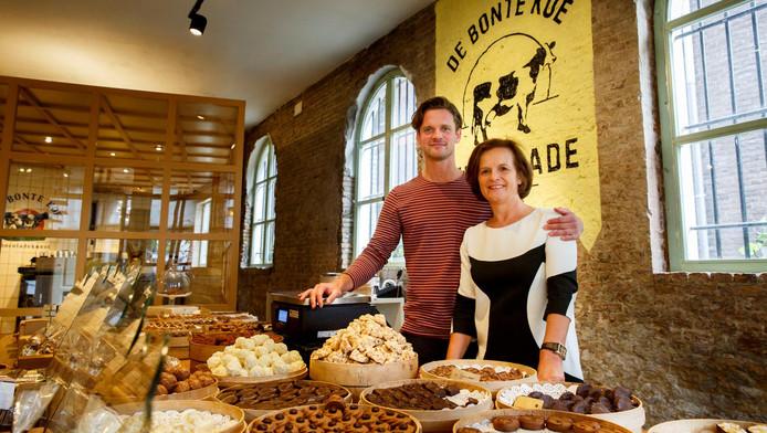 Connor en Carmel Klein - zoon en moeder - achter de toonbank van hun jubilerende chocolaterie in Schiedam.
