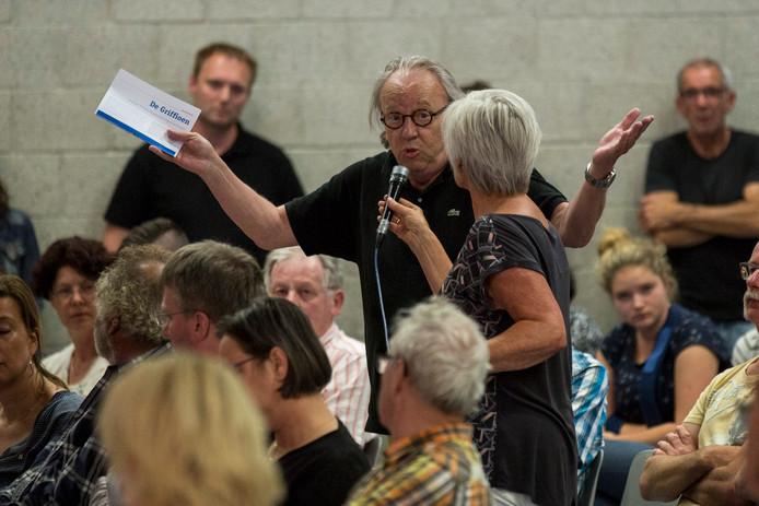 Willem van Dam was woensdagavond in de gymzaal achter het dorpshuis van Wolphaartsdijk om de beweegredenen van de gemeente aan te horen.