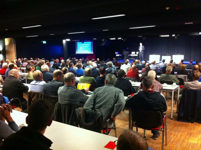 Op de ingelaste informatiebijeenkomst over het molenpark kwamen zo'n 200 kritische bezoekers af.