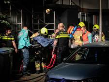 Brandweer blust voordeur van huis hoogbejaarde vrouw; politie onderzoekt brandstichting