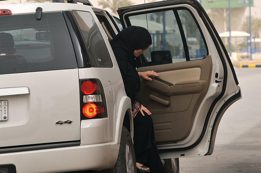 Een vrouw stapt in Riyad achter uit een auto.