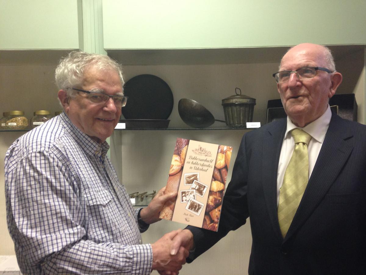 Schrijver Henk Haen biedt het eerste boek aan aan Leo Geerts