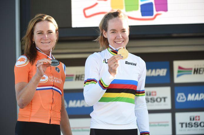 Wereldkampioene Van der Breggen (r) op het podium naast runner-up Van Vleuten.