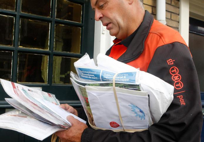 Een postbezorger aan het werk