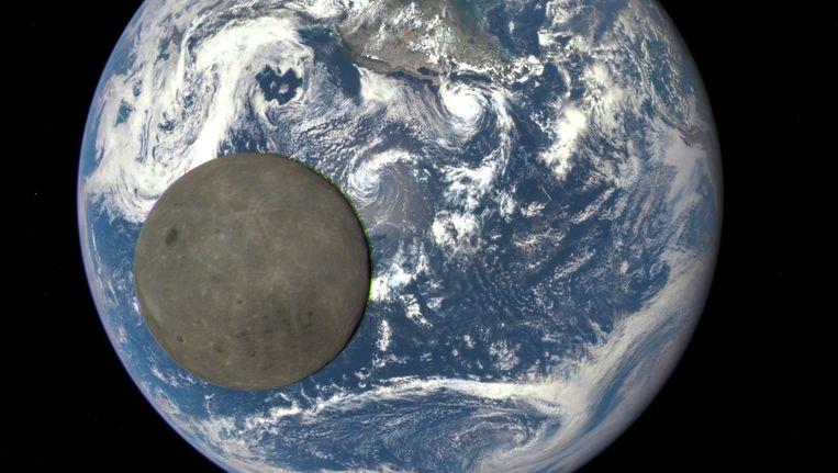 Een foto genomen door de DSCOVR-satelliet van de aarde en de maan. Beeld NASA