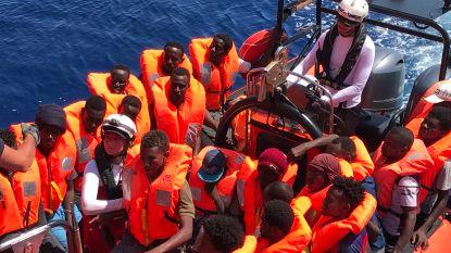 Reddingsschip Ocean Viking haalt nog eens 105 migranten uit het water