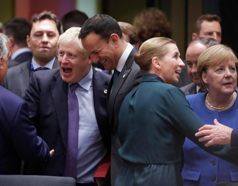 Brits premier Boris Johnson, zijn Ierse en Deense collega's Leo Varadkar en Mette Frederiksen en Duits bondskanselier Angela Merkel tijdens de EU-top in Brussel.