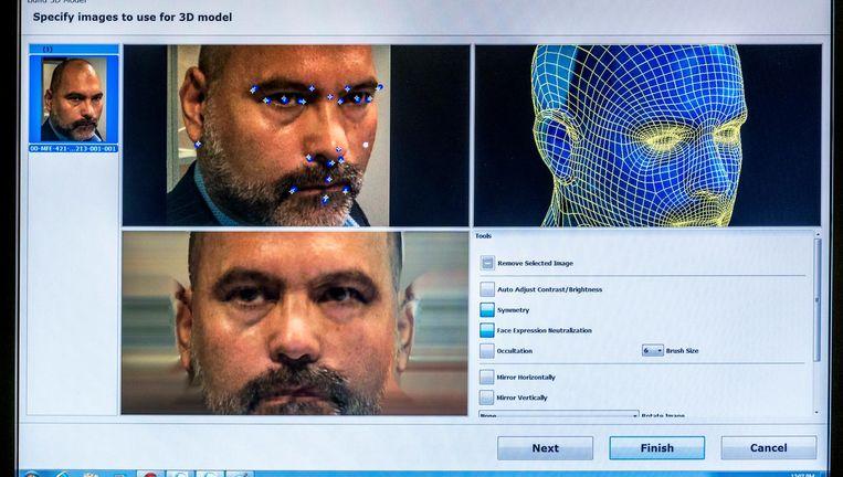 De computer toont op basis van gezichtskenmerken uit een foto een mogelijke match uit de database. Deskundigen beoordelen de suggestie. Beeld Raymond Rutting