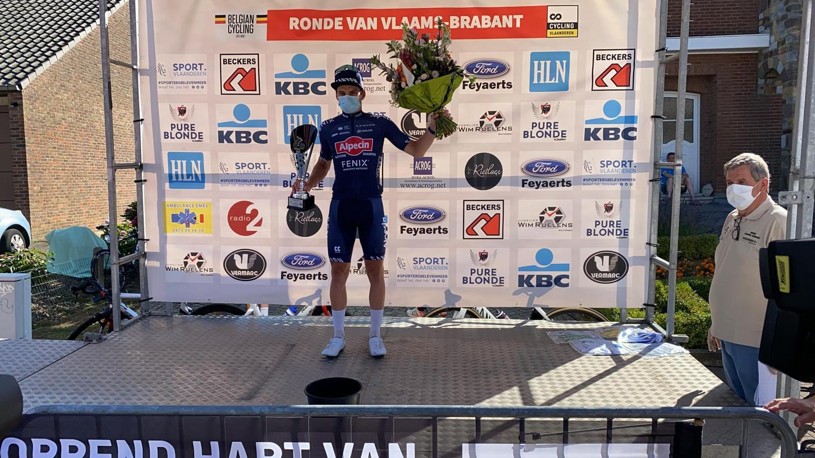 David van der Poel als gemaskerde ritwinnaar op het podium. 'Weinig volk bij de finish. Geen volk bij het podium. Da's speciaal. Maar liever zo koersen, dan geen koersen.'