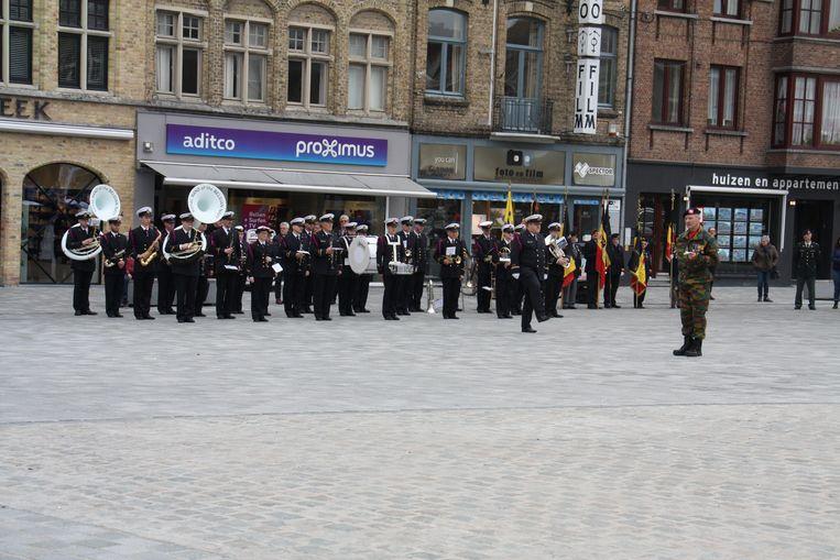 Medailleparade op de Grote Markt van Diksmuide om de militairen van het kwartier in Lombardsijde te danken voor hun inzet. De koninklijke muziekkapel van de marine was er ook