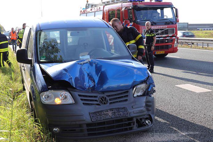 Door nog onbekende oorzaak kwamen twee voertuigen met elkaar in botsing.