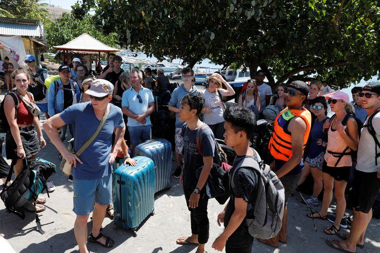 Gestrande toeristen op het eiland Lombok. Beeld Reuters