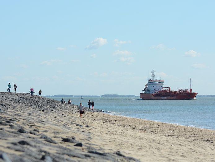 Schepen varen vlak langs de Walcherse kust, vooral bij Vlissingen.
