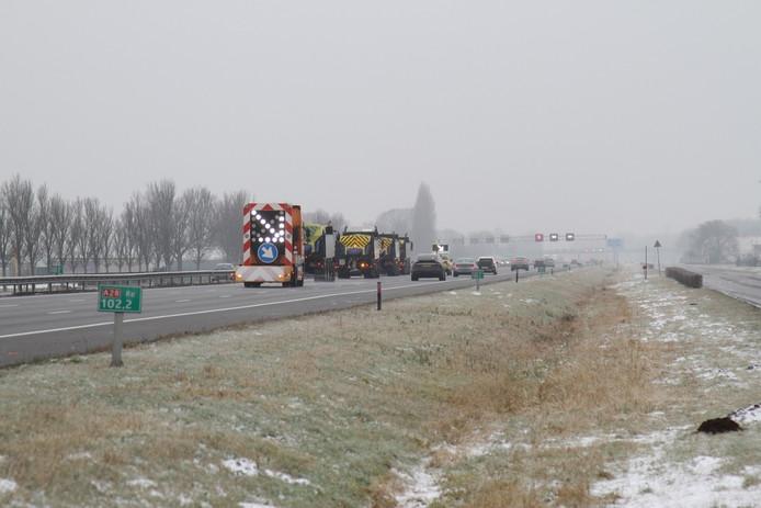 Op de A28 bij Zwolle werd gestrooid met een colonne van strooiwagens.
