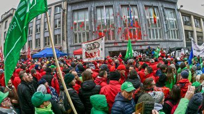 Actiedag vakbonden: industriezones geblokkeerd, gevel VBO beklad, staking in meer dan 260 metaal- en textielbedrijven