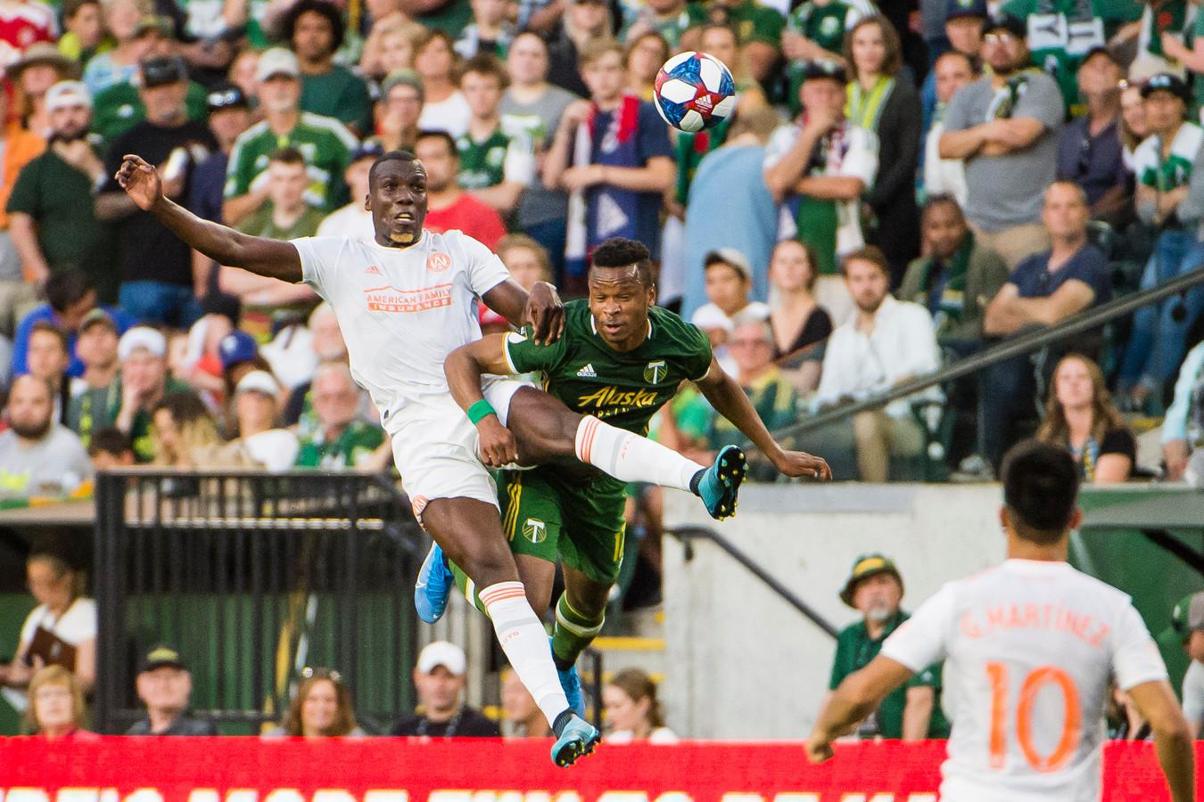 Atlanta United-verdediger Florentin Pogba (l) in duel met Portland-aanvallerJeremy Ebobisse.
