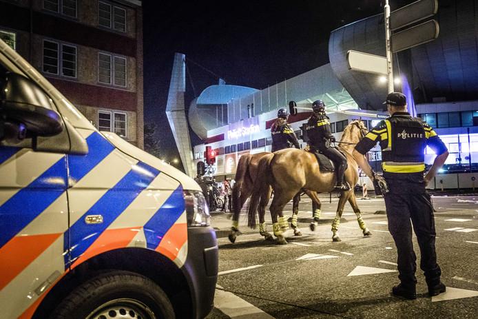 Politie eenheden zijn op de been rond het Philips Stadion waar zanger Guus Meeuwis zijn concertreeks Groots met een grote G houdt.