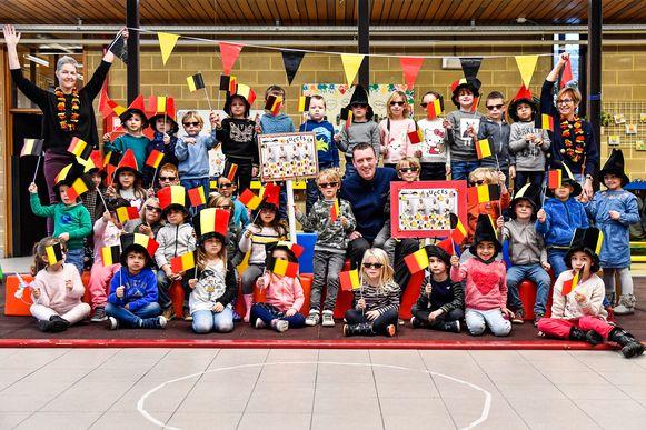 De kinderen van de gemeenteschool maakten samen met juf Griet en juf Katrien spandoeken voor de Zeelse chef.