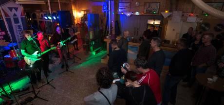 Muziek tussen de houtmachines op Dag van de Achterhoekse popmuziek