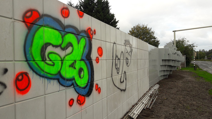 Tussenstop, het gloednieuwe kunstwerk aan de Halsterseweg is door vandalen beklad.