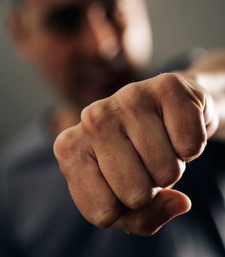Agressieve man slaat, bespuugt en scheldt mensen en agenten uit in Oss