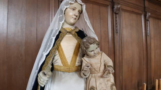 Dieven aan de haal met kandelaar en zilverwerk van Mariabeeld in kerk