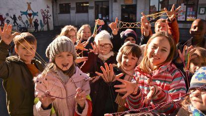 Leerlingen basisschool De Graankorrel in de ban van nieuwste rage: Eiffeltorens, Jacob's Ladder en parachutes maken met vingertouwtjes