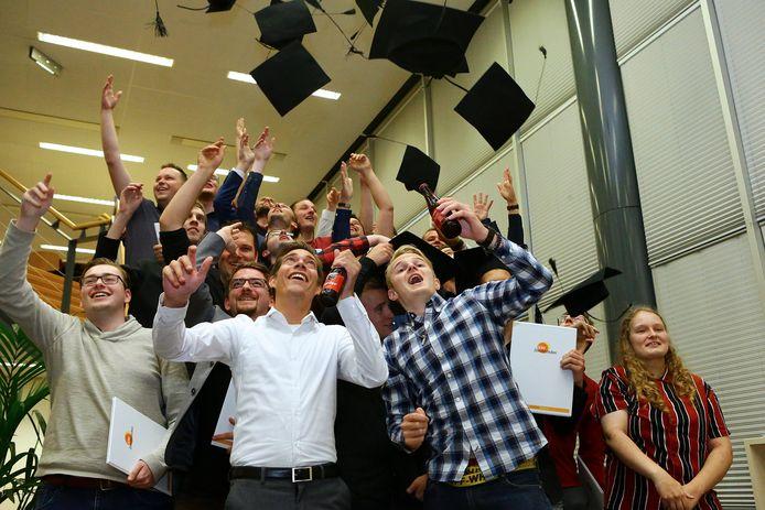 De geslaagden van het HBO ICT van het Da Vinci College vieren het behalen van hun diploma.