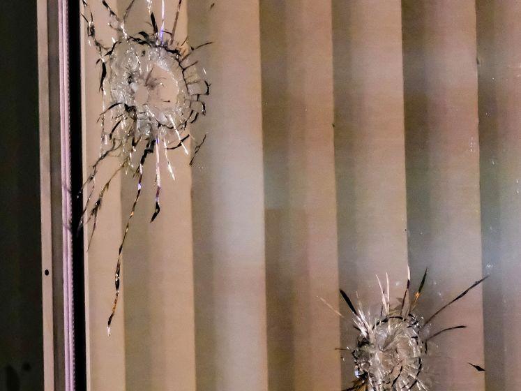 Selina (23) zit in huiskamer als woning wordt beschoten: 'Ik keek recht in het gezicht van de schutter'