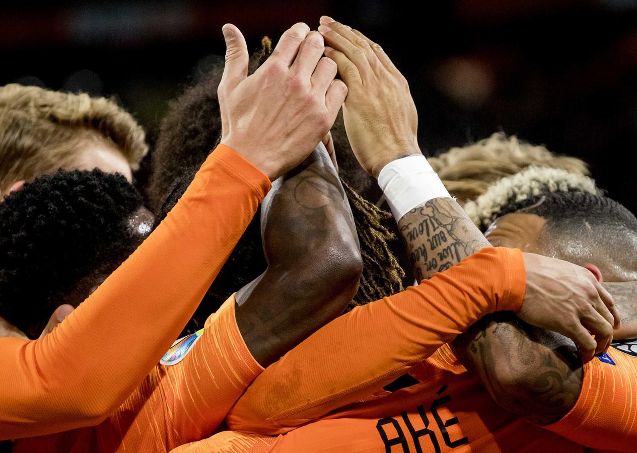 Nathan Aké viert zijn 2-0 voor Nederland tegen Estland.