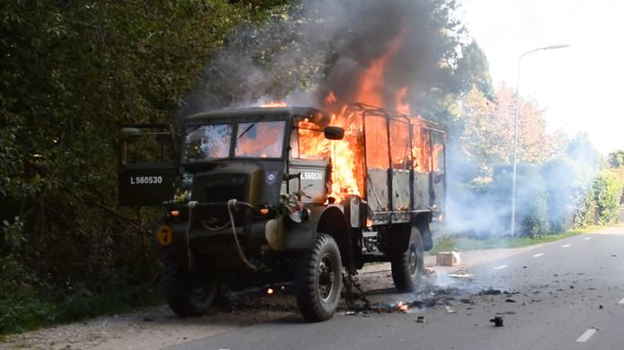 De militaire vrachtwagen van Ernest Donders uit Helmond is donderdagmiddag uitgebrand tijdens de bedvrijdingstour van de Liberation Task Force in Groesbeek.