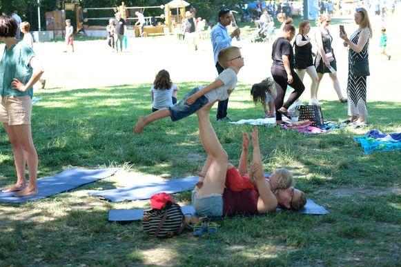 Kinderen oefenen samen met mama hun circusact.