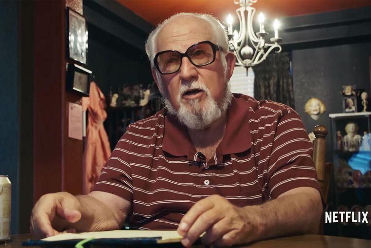 Gerald Foos bracht een flink deel van zijn wakende leven door in het donker, glurend naar de gasten van zijn motel. Beeld Netflix
