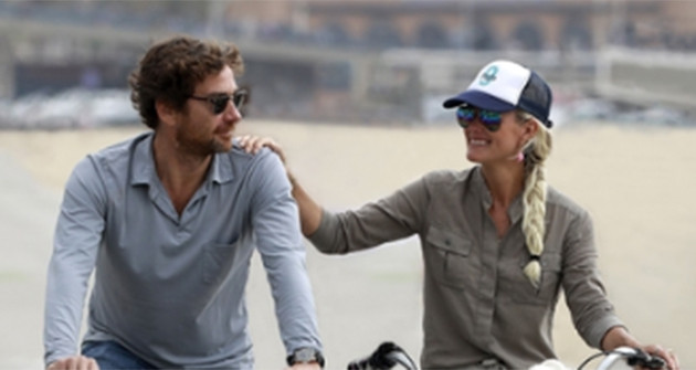 """Laeticia Hallyday et son compagnon Pascal Balland font du vélo en bord de plage à Venice Beach, Santa Monica avec leurs amis puis sont allés déjeuner au restaurant """"The Ivy"""" à Los Angeles, le 27 octobre 2019."""