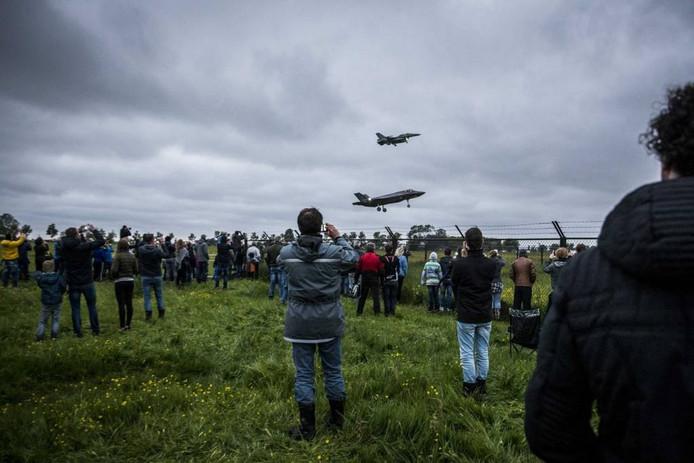 De JSF maakt dinsdag een rondvlucht boven Nederland.