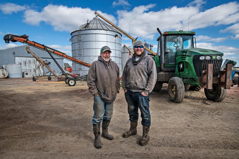 Brian Holt staat met zijn neef Jim Holt op het boerenbedrijf van Jim. Zijn familie boert al sinds 1640 in Wisconsin.
