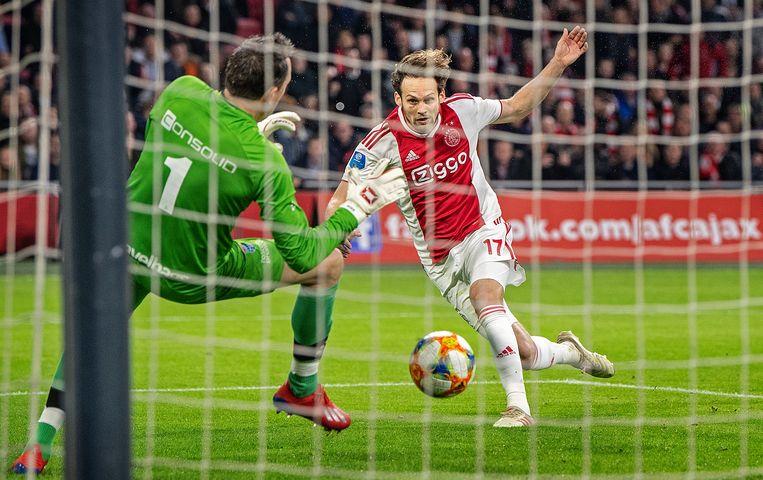 Daley Blind (Ajax) kopt op aangeven van invaller Noa Lang de verlossende 2-1 binnen, keeper Diederik Boer (PEC Zwolle) kan de bal niet stoppen. Beeld Guus Dubbelman / de Volkskrant