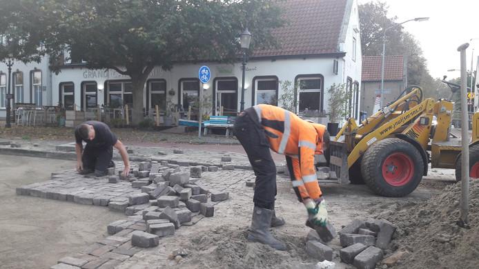 Het echte graafwerk laat op zich wachten in Zevenbergen, maar her en der zijn voorbereidende klussen aan de gang, zoals het saneren van vervuilde grond.